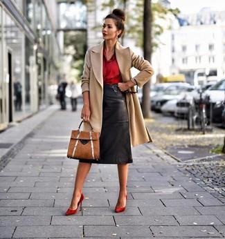 Cómo combinar unos zapatos de tacón de ante rojos: Si buscas un estilo adecuado y a la moda, empareja un abrigo marrón claro junto a una falda lápiz de cuero negra. Zapatos de tacón de ante rojos son una opción muy buena para complementar tu atuendo.