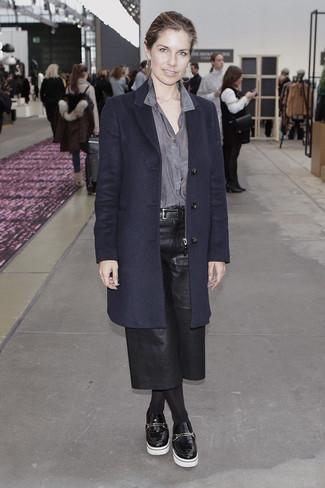 Cómo combinar: abrigo azul marino, camisa de vestir gris, falda pantalón de cuero negra, mocasín con plataforma de cuero negro