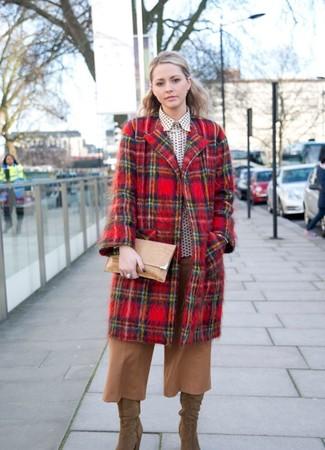 Cómo combinar: abrigo de tartán rojo, camisa de vestir a lunares en blanco y negro, falda pantalón marrón claro, botas de caña alta de ante marrón claro
