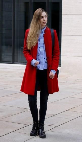 Cómo combinar: abrigo rojo, camisa de vestir de rayas verticales celeste, leggings negros, botas planas con cordones de cuero negras