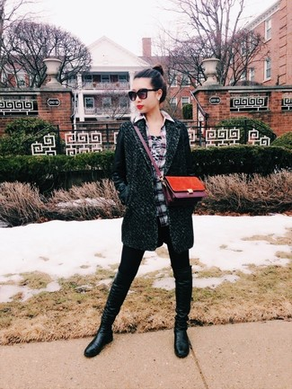 Cómo combinar: abrigo verde oscuro, camisa de vestir de tartán gris, leggings negros, botas de caña alta de cuero negras