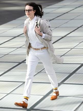 Cómo combinar: abrigo de lino gris, camisa de vestir blanca, pantalón chino blanco, zapatos brogue de cuero marrón claro
