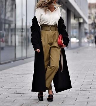 Cómo combinar una camisa de vestir de seda blanca: Empareja una camisa de vestir de seda blanca con un pantalón de pinzas verde oliva para lograr un estilo informal elegante. Zapatos de tacón de cuero negros son una opción atractiva para complementar tu atuendo.
