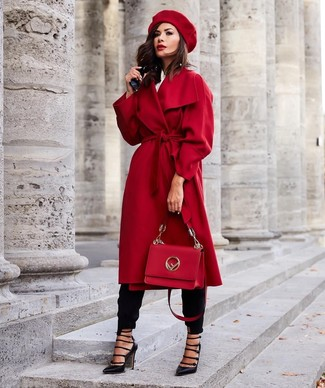 Cómo combinar: abrigo rojo, camisa de vestir blanca, pantalón de pinzas negro, zapatos de tacón de cuero con recorte negros