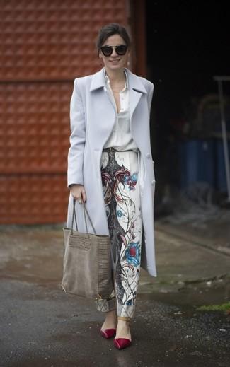 Cómo combinar: abrigo gris, camisa de vestir de seda blanca, pantalón de pinzas estampado blanco, zapatos de tacón de cuero burdeos