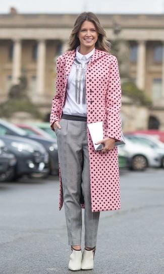 Cómo combinar: abrigo a lunares rosado, camisa de vestir blanca, pantalón de vestir de tartán gris, botines de cuero con recorte en beige