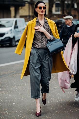Cómo combinar: abrigo mostaza, camisa de vestir estampada gris, pantalones anchos grises, zapatos de tacón de cuero burdeos
