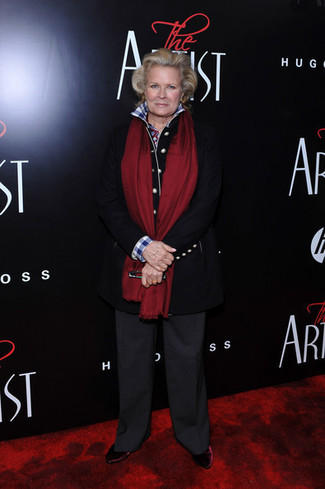Moda para mujeres de 60 años: Considera ponerse un abrigo negro y unos pantalones anchos en gris oscuro para las 8 horas. Botines de terciopelo burdeos son una opción perfecta para complementar tu atuendo.