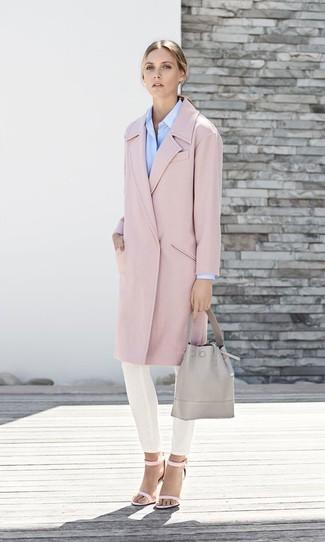 Cómo combinar: abrigo rosado, camisa de vestir celeste, pantalones pitillo blancos, sandalias de tacón de cuero rosadas