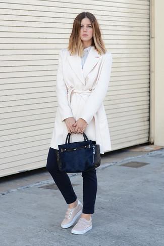 Cómo combinar un abrigo blanco: Elige un abrigo blanco y unos pantalones pitillo negros para sentirte con confianza y a la moda. Mezcle diferentes estilos con zapatillas slip-on de cuero en beige.