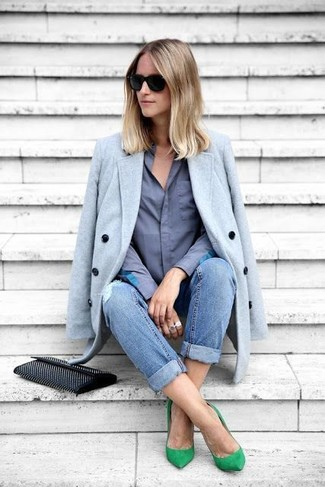 Cómo combinar: abrigo celeste, camisa de vestir azul, vaqueros boyfriend desgastados azules, zapatos de tacón de ante verdes