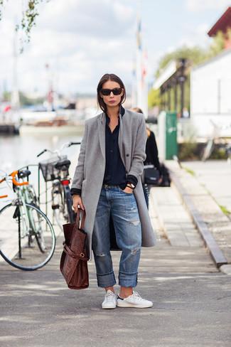 Para seguir las tendencias usa un abrigo gris y unos vaqueros boyfriend desgastados azules. Tenis blancos añadirán un nuevo toque a un estilo que de lo contrario es clásico.