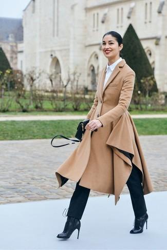 Cómo combinar: abrigo marrón claro, camisa de vestir blanca, vaqueros azul marino, botines con cordones de cuero negros