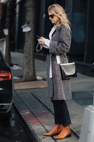 Cómo combinar: abrigo de espiguilla gris, camisa de vestir a cuadros blanca, vaqueros negros, botines de cuero en tabaco