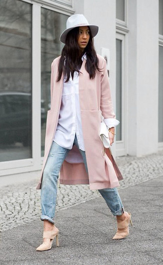 Cómo combinar: abrigo rosado, camisa de vestir blanca, vaqueros desgastados celestes, chinelas de ante en beige