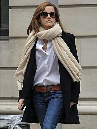 Cómo combinar: abrigo negro, camisa de vestir blanca, vaqueros pitillo azul marino, correa de cuero marrón