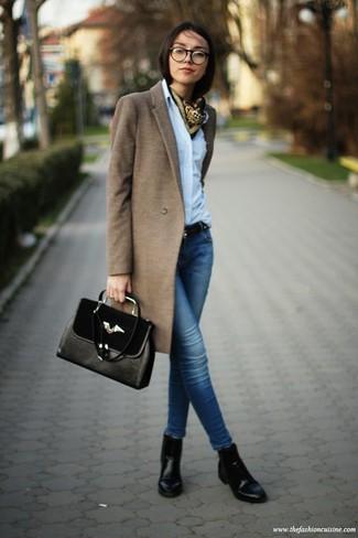 Cómo combinar: abrigo marrón, camisa de vestir celeste, vaqueros pitillo azules, botines de cuero negros
