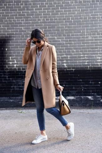 Cómo combinar: abrigo marrón claro, camisa de vestir de rayas verticales en blanco y negro, vaqueros pitillo azules, tenis blancos