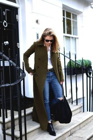 Cómo combinar: abrigo verde oliva, camisa de vestir blanca, vaqueros pitillo desgastados azules, botines de cuero negros