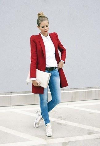 Cómo combinar: abrigo rojo, camisa de vestir blanca, vaqueros pitillo celestes, zapatillas altas de lona blancas