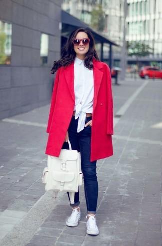 Cómo combinar: abrigo rojo, camisa de vestir blanca, vaqueros pitillo azul marino, tenis de lona blancos