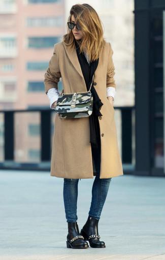 Cómo combinar: abrigo marrón claro, camisa de vestir blanca, vaqueros pitillo azul marino, botines chelsea de cuero negros
