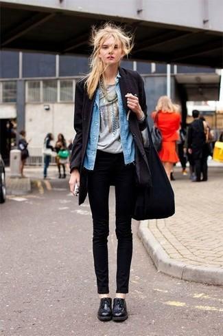 Cómo combinar: abrigo negro, camisa vaquera azul, camiseta con cuello circular estampada gris, vaqueros pitillo negros