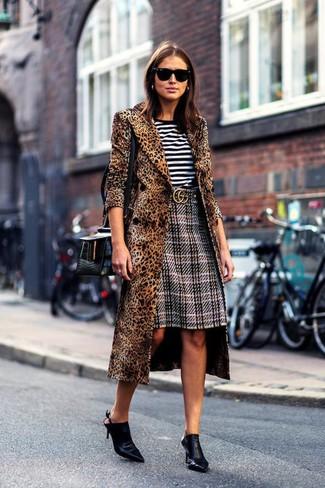 Cómo combinar: abrigo de leopardo marrón, camiseta con cuello circular de rayas horizontales en blanco y negro, falda lápiz de tartán gris, chinelas de cuero negras