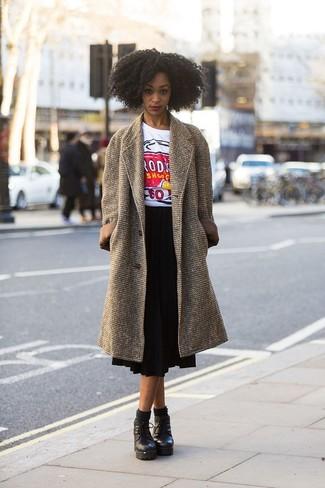 Cómo combinar: abrigo marrón, camiseta con cuello circular estampada blanca, falda midi plisada negra, botines con cordones de cuero gruesos negros