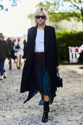 Cómo Combinar Una Falda Plisada Azul Marino Con Unos Botines Negros 4 Outfits Lookastic España