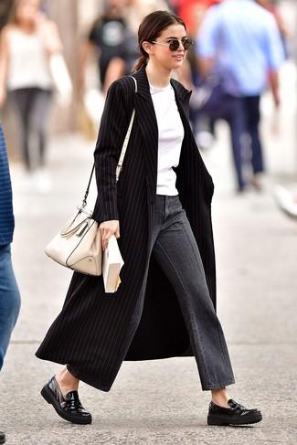 Cómo combinar: abrigo de rayas verticales negro, camiseta con cuello circular blanca, falda pantalón vaquera gris, mocasín de cuero negros