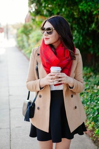 Cómo combinar: abrigo en beige, camiseta con cuello circular blanca, falda skater negra, bolso bandolera de cuero negro