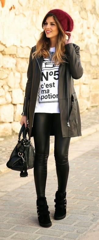 8ab00eff7b6 Cómo combinar un abrigo negro con una camiseta con cuello circular ...