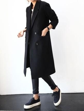 Cómo combinar: abrigo negro, camiseta con cuello circular blanca, leggings de cuero negros, tenis negros