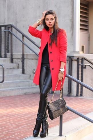 Look de moda: Abrigo rojo, Camiseta con cuello circular negra, Leggings de cuero negros, Botines de cuero negros