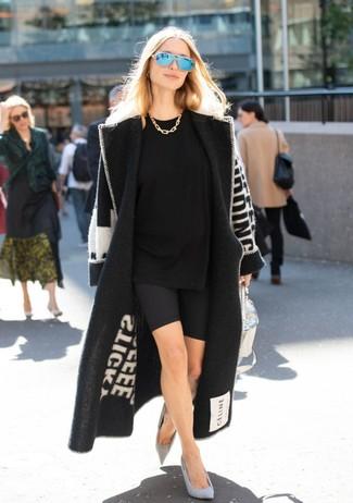 Cómo combinar: abrigo estampado en negro y blanco, camiseta con cuello circular negra, mallas ciclistas negras, zapatos de tacón de ante grises
