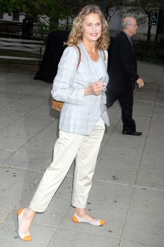 Cómo combinar: abrigo de tartán gris, camiseta con cuello circular gris, pantalón chino en beige, bailarinas de cuero naranjas