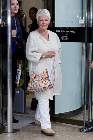 Look de Judi Dench: Abrigo de lino en beige, Camiseta con cuello circular blanca, Pantalón chino de lino blanco, Botines chelsea de ante en beige