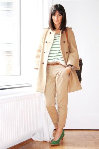 Cómo combinar: abrigo en beige, camiseta con cuello circular de rayas horizontales verde, pantalón chino en beige, zapatos de tacón de ante verdes