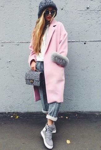 Cómo combinar: abrigo rosado, camiseta con cuello circular blanca, pantalón de chándal gris, zapatillas altas de ante grises