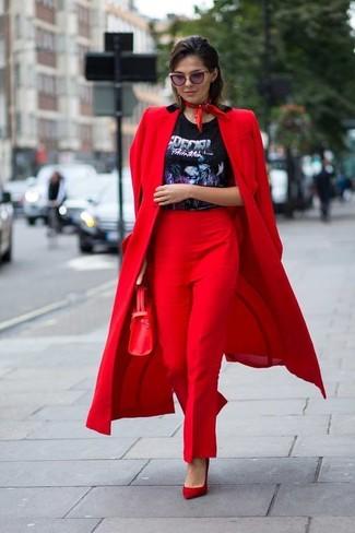 Cómo combinar: abrigo rojo, camiseta con cuello circular estampada negra, pantalón de vestir rojo, zapatos de tacón de ante rojos