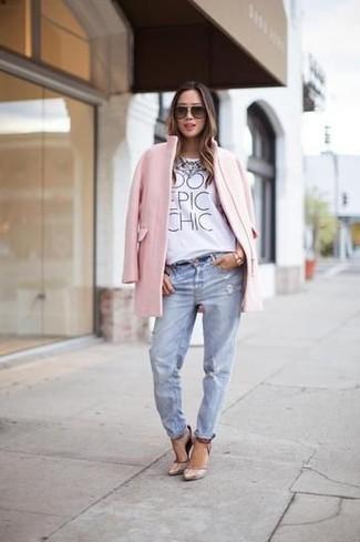 Cómo combinar: abrigo rosado, camiseta con cuello circular estampada blanca, vaqueros boyfriend desgastados celestes, zapatos de tacón de cuero en beige