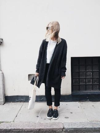 Cómo combinar: abrigo de punto en gris oscuro, camiseta con cuello circular blanca, vaqueros negros, tenis de cuero negros