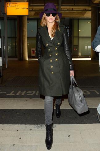 Cómo combinar: abrigo verde oliva, camiseta con cuello circular blanca, vaqueros grises, botines con cordones de cuero negros