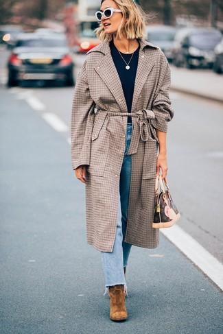 Cómo combinar: abrigo de tartán marrón, camiseta con cuello circular negra, vaqueros celestes, botines de ante marrón claro