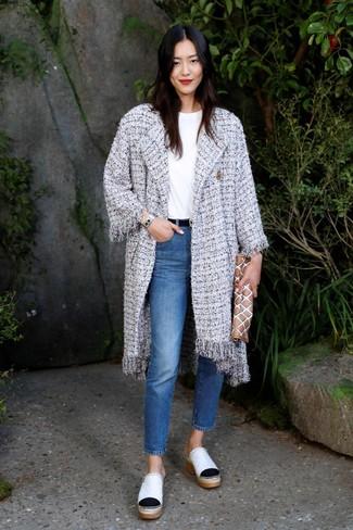 Cómo combinar: abrigo de tweed gris, camiseta con cuello circular blanca, vaqueros azules, chinelas de cuero blancas
