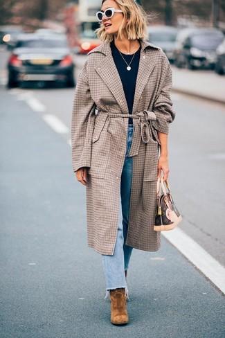 Cómo combinar: abrigo a cuadros marrón, camiseta con cuello circular azul marino, vaqueros celestes, botines de ante marrónes