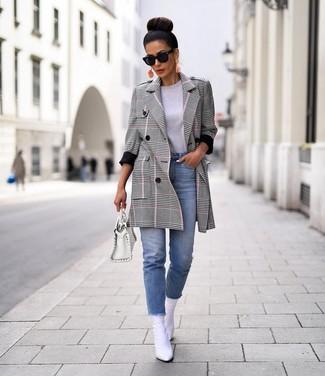 Cómo combinar: abrigo de tartán gris, camiseta con cuello circular gris, vaqueros celestes, botines de cuero blancos