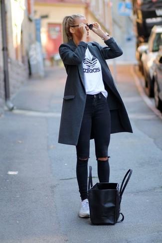 Cómo combinar unas deportivas blancas: Ponte un abrigo en gris oscuro y unos vaqueros pitillo desgastados negros para un look diario sin parecer demasiado arreglada. Si no quieres vestir totalmente formal, elige un par de deportivas blancas.