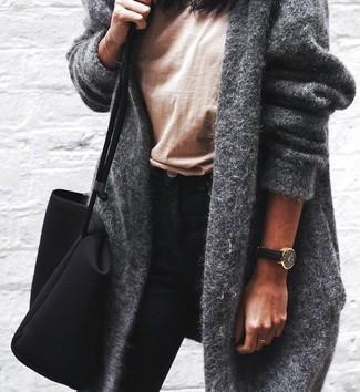 Cómo combinar: abrigo gris, camiseta con cuello circular marrón claro, vaqueros pitillo negros, bolsa tote de lona negra